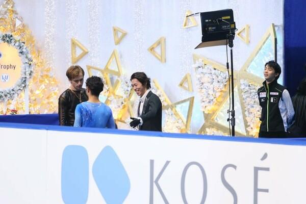 多くの選手やファンから慕われた村上(青)。14年のNHK杯で優勝したときは、同大会で4位に終わった羽生結弦(右)も表彰式を見に行った
