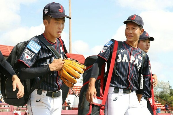 昨年のU−18野球ワールドカップに出場した報徳学園・小園(写真左)、大阪桐蔭・藤原(写真中央)は今年のU−18日本代表第1次候補選手に名を連ねた