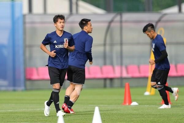 U−19代表の安部(左端)。本田の代わりにトレーニングマッチに参加