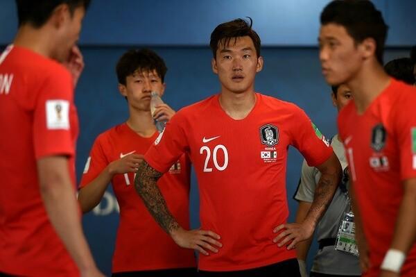 国内では一部の選手に批判が殺到、チャン・ヒョンス(20番)には脅迫まがいのメッセージも