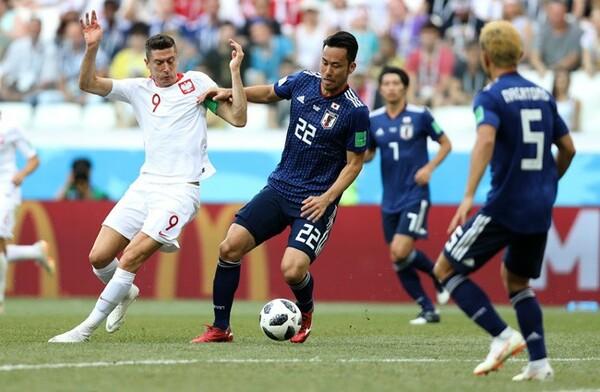吉田がレバンドフスキ(左)と対峙する