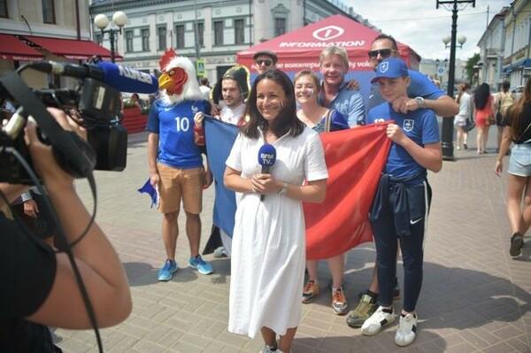カザンの観光スポット、バウマン通りでは両チームのサポーターがメディアの取材を受けていた。こちらはフランス