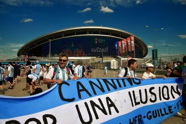 カザン・アリーナで横断幕を広げるアルゼンチンのサポーター。負ければ終わりの一戦に応援する側も真剣そのもの