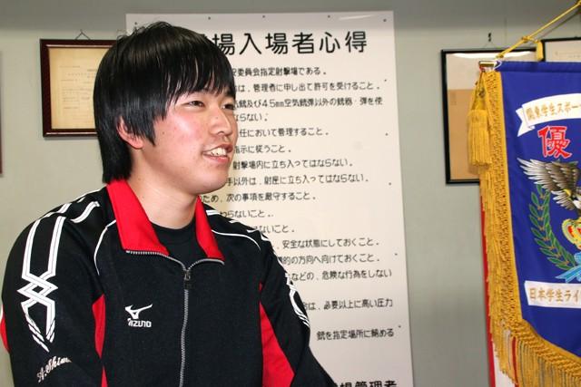 中学時代は野球少年だったと話す島田は、高校の部活動紹介で見た射撃場の緊張感に圧倒された
