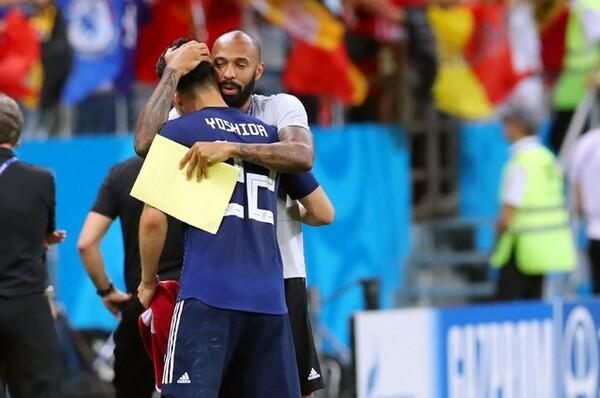 吉田麻也を抱きしめるベルギー代表コーチのティエリ・アンリ。試合後、長い拍手を日本代表に送っていた