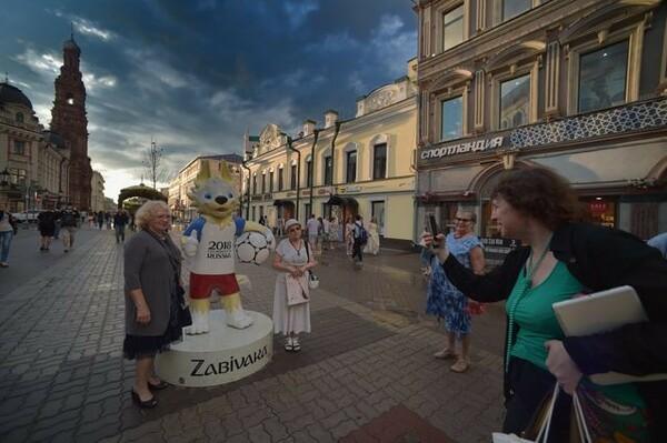 カザンの観光スポット、バウマン通りにて。大会マスコットのザビバカと記念撮影