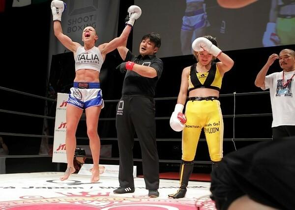 イリアーナ(左)が決勝でMIO(右)を破り、トーナメント優勝