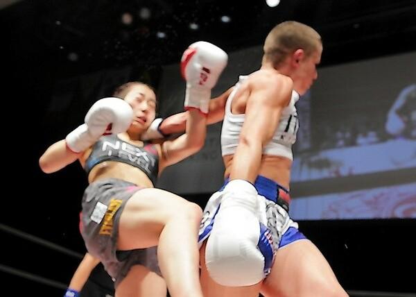 ここまで無敗できていた小林愛三(左)はイリアーナのバックブローでダウンを喫し、判定負けにつながった
