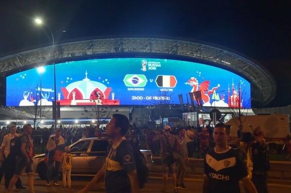スタジアムの壁面スクリーンが美しく輝く中、敗れたブラジルのサポーターは静かに帰路についていった