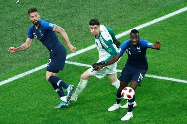 フランスはジルー(左)とマテュイディ(右)が加わって、明らかに「埋まった」何かがあった