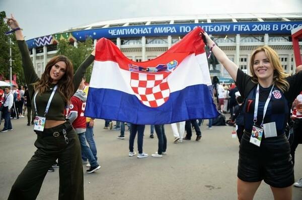 試合会場の前でポーズをとるクロアチアの若い女性。おそらく20年前の記憶はほとんどないだろう