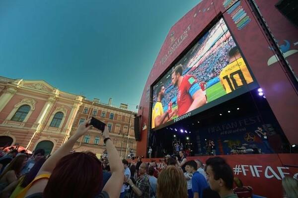 サンクトペテルブルクのコニュシェンナヤ広場でのファンフェストは大盛況