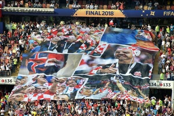 決勝戦の前のセレモニー。各国のサポーターをコラージュした巨大なバナーがスタンドに掲出された