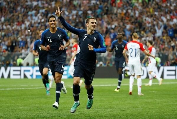グリーズマンのFKがオウンゴールを誘い、先制したフランス。4−2で試合を制し、20年ぶりの優勝を果たした