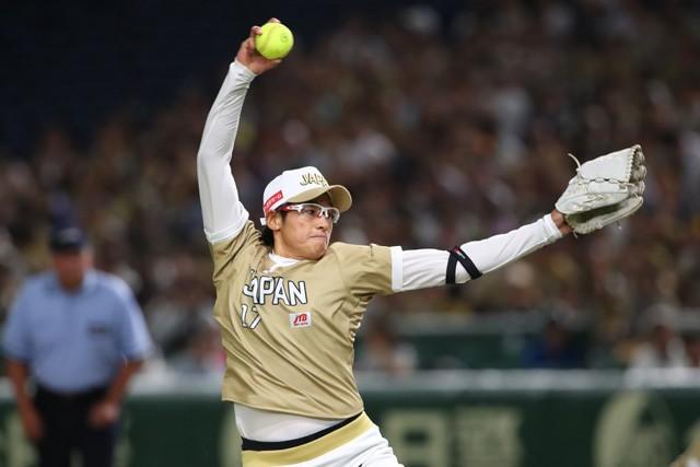 6月の日米対抗ソフトボールで力投する上野