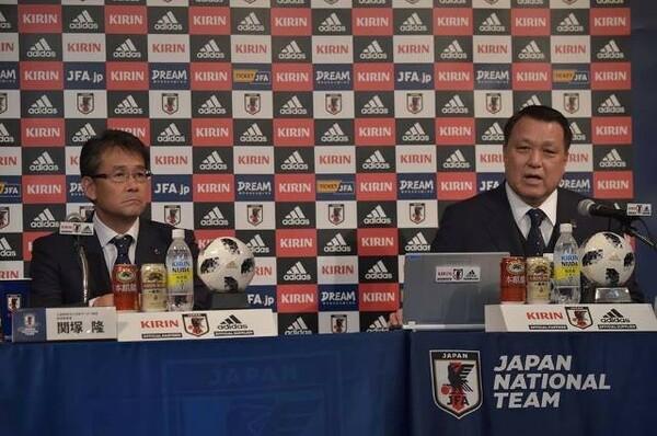 五輪と日本代表監督を兼任することについて、田嶋会長(右)は「よりスムーズにいくメリットを選んだ」と説明した