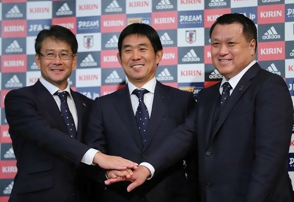 就任会見に臨んだ森保新監督(中央)。日本人の「元Jリーガー」が代表監督になるのは初めてのこと