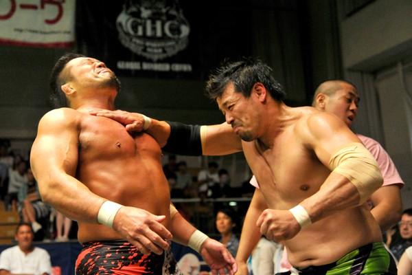 潮崎(右)と杉浦がGHC前哨戦で激しいぶつかり合いを見せた
