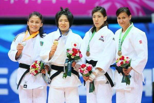 アジア大会について「五輪とは違う独特の感じがある」と、自身も2度の金メダルを獲得した中村(左から2人目)は語る