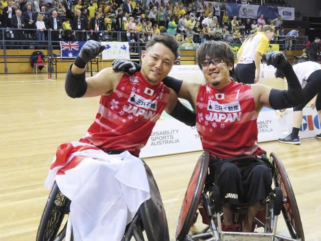 世界選手権で優勝し、喜ぶ池透暢(左)と池崎大輔。日本代表が、2020パラリンピックの金メダル候補に名乗りを上げた