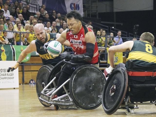 ボールを運ぶ池。予選で敗れたオーストラリアと決勝で再戦することになり、チームの結束も高まっていた