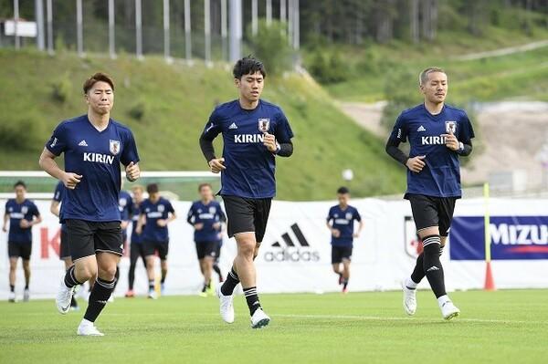 日本代表のバックアップメンバーとして合宿に参加後、井手口(右)はチームに合流したが……