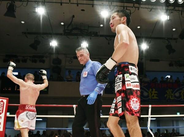 IBF世界スーパーバンタム級王者の岩佐(右)は指名挑戦者のドヘニーに敗れ2度目の防衛に失敗した