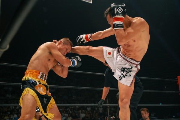 """4カ月ぶりの試合となった森井洋介(右)は、""""爆腕""""大月晴明を3ラウンドTKOで沈めた"""