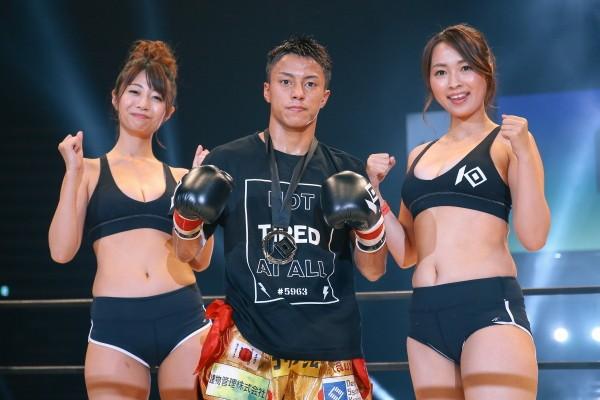 フライ級トーナメント1回戦では石井一成(写真中央)と大崎一貴が勝ち上がった