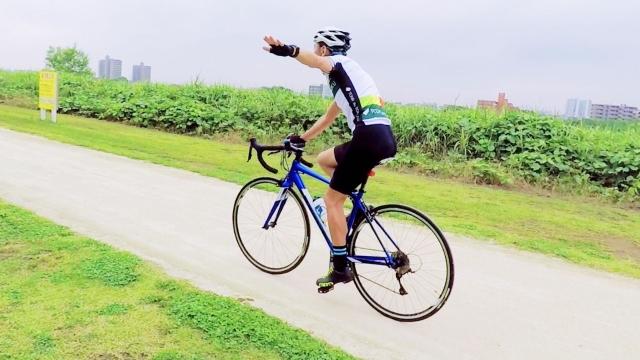 ロードバイクのハンドサインとは? タイミングを身につけて危険を回避!