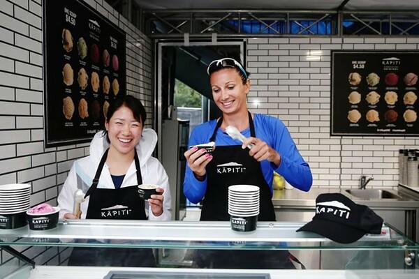 ダブルスパートナーとともに、アイスクリームショップで楽しむ日比野(左)。写真は2018年1月撮影、右はダリヤ・ユラク(クロアチア)