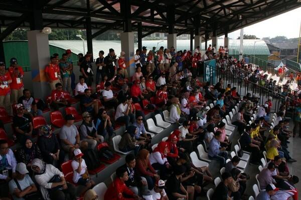 ラワマングン球場で観戦する観客