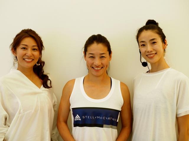 左からクリスタルボウル奏者のRAURAさん、スタジオプロデューサーの伊達公子さん、ヨガインストラクターの今井祐子先生。