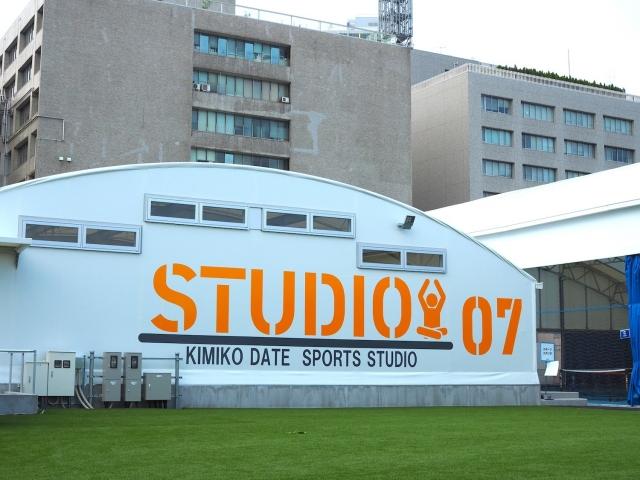 複合スポーツエンターテインメント施設「スポル」内、グリーンの芝生に映える「KIMIKO DATE SPORTS STUDIO」の外観。