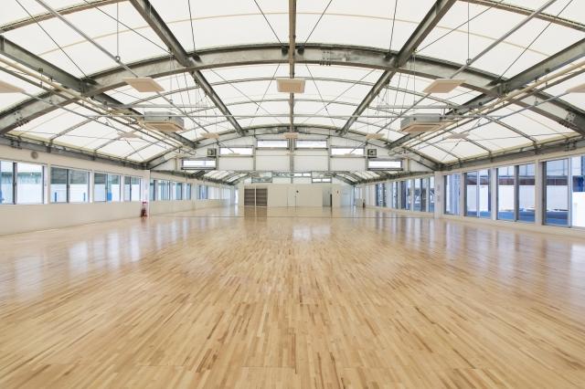 アーチ型の天井は高く、両サイドの窓からは陽光が差し込む明るく開放感あふれるスタジオです。