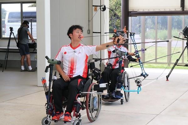 口で弓を引き、正確に的を仕留める大山晃司。目指すは2020年の東京パラリンピックだ