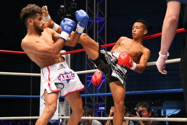武居(右)は宣言通りの1回KOで欧州の若手選手をし止めた