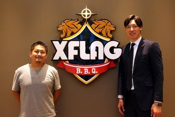 クラブスタッフとしてシーズン開幕を迎える伊藤(右)。XFLAGスポーツマーケティング室の柴(左)とともに開幕戦を手掛ける