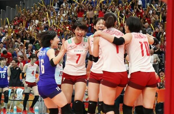 2枚ブロックを打ち破った長岡(1)に笑顔で駆け寄る選手たち、会場は大いに沸いた