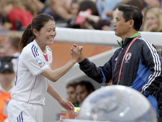 選手とのコミュニケーションを欠かさなかった佐々木さん(右)。特に澤(左)とは信頼関係ができていたという