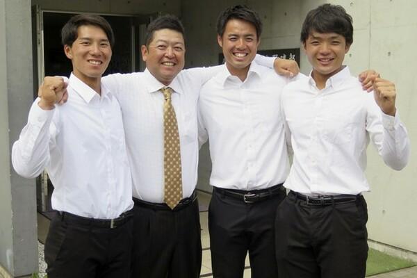 今春のリーグ戦優勝を決めて喜ぶ慶大勢。河合(写真左)は主将としてチームをけん引した