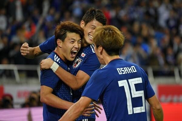 日本は堂安(左)のA代表初ゴールなどで4−3とウルグアイに勝利