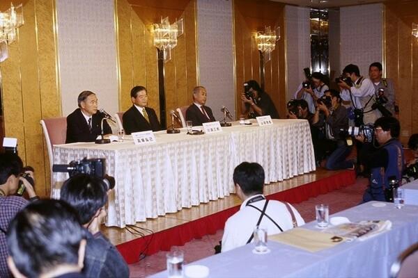 1998年10月29日に突然の合併発表。多くの関係者にとって、寝耳に水の事件であった