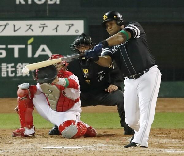 ソフトバンクが同点とした代打・デスパイネの一打。岩村氏はこの直前にあった「ある走塁」に着目した
