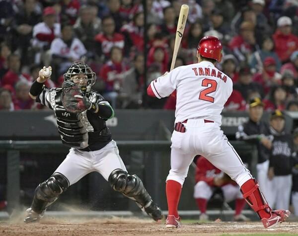 9回2死一塁、代走・上本の盗塁を阻止した甲斐(写真左)。「甲斐キャノン」と呼ばれる強肩を日本シリーズでも発揮した
