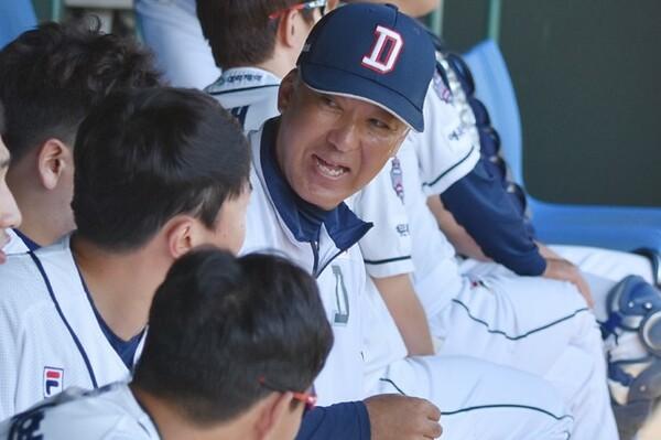試合前、ベンチで談笑する後藤コーチとその言葉に耳を傾ける斗山の打者たち