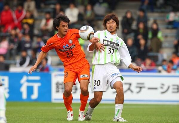 8年前の11月、この日2ゴールを挙げた岡崎(左)と島村