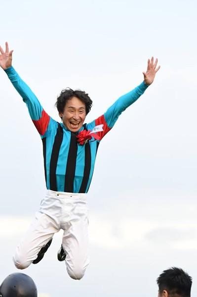ベテランの技を見せた横山典騎手、喜びのフライングディスマウントを披露