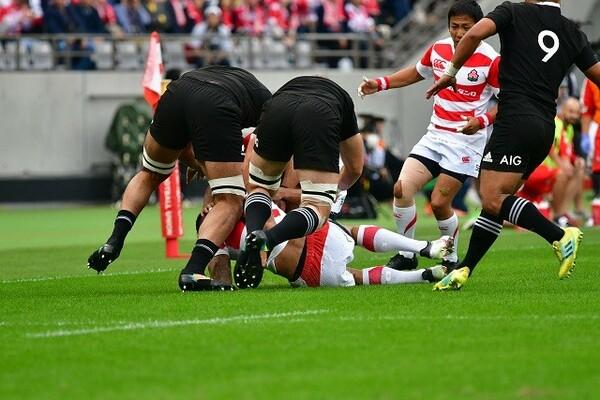 日本代表の選手を倒し、ボールに絡んでくるNZ代表。接点での攻防でプレッシャーを受けた