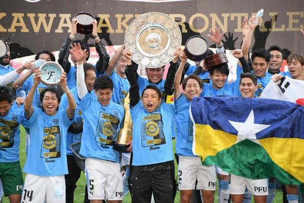 川崎は11月10日、2試合を残してJ1連覇を達成。キャプテンの小林が高々とシャーレを掲げた